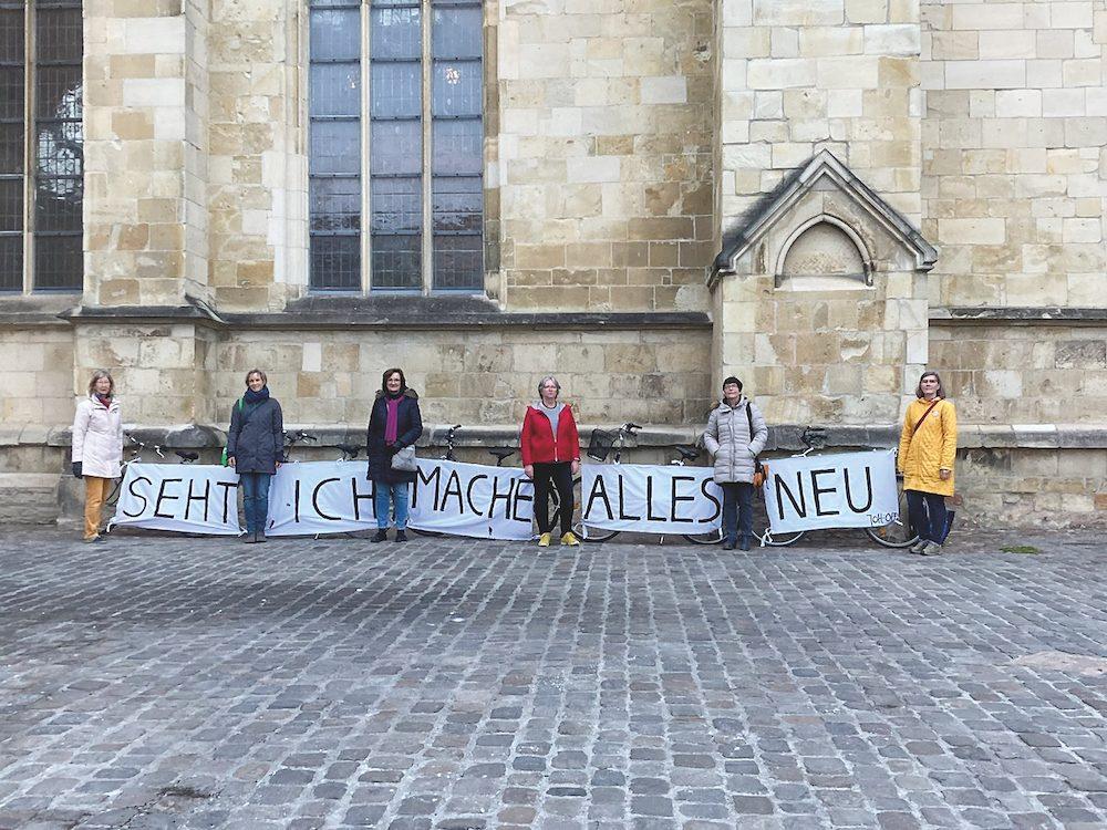 """Seht, ich mache alles neu!  """"Leezen"""" mit biblischer Botschaft auf dem Domplatz –  Eine Aktion von Maria 2.0 und der kfd Münster"""