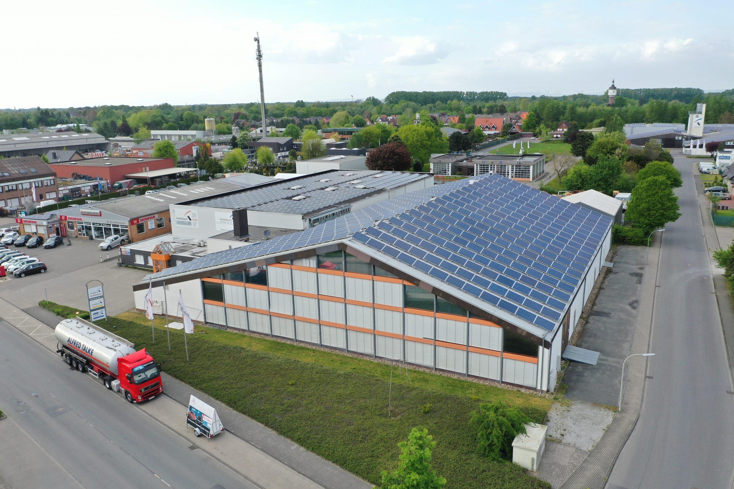 Tennishalle Warendorf schließt: Die Immobilie wird zukünftig als Produktionshalle von Kreienbaum Holz verwendet